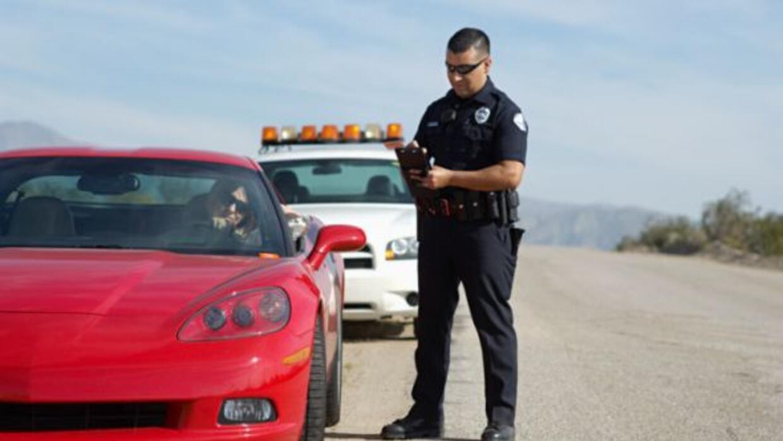 Es importante permanecer tranquilo cuando te detiene un policia entu auto.