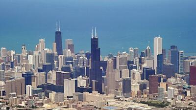 En total, los turistas gastaron 34.500 millones de dólares en Illinois y...