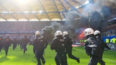 Se detuvo el reloj y entre grandes disturbios, Hamburgo descendió tras 55 años