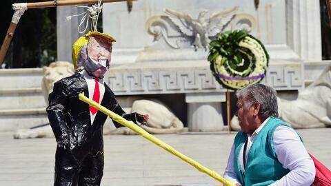 Una piñata de Donald Trump fue golpeada y quemada en Ciudad de México