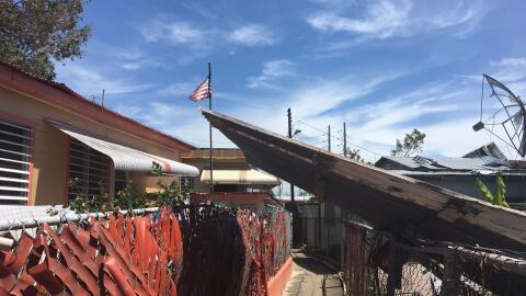 Una bandera de Estados Unidos ondea en media de la destrucción.