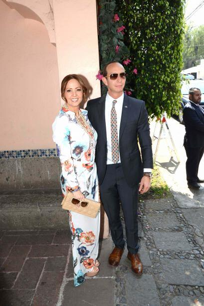 Andrea Legarreta llegó muy bien acopañada por su esposo Er...