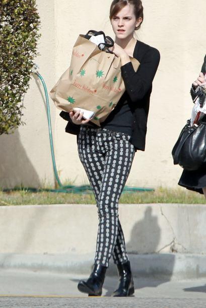 Emma cargaba tantas cosas, que se distrajo. Mira aquí los videos más chi...