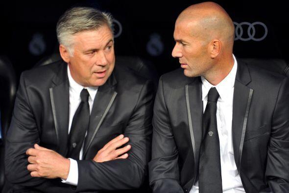 El italiano Carlo Ancelotti debutaba en la Liga española junto con Zined...