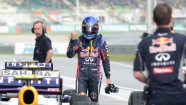 Vettel celebra al terminar con el mejor tiempo en la clasificación.