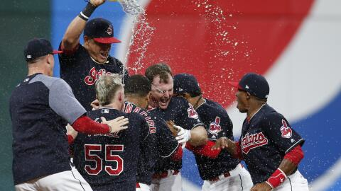 Cleveland Indians festejan su triunfo en extra innings.