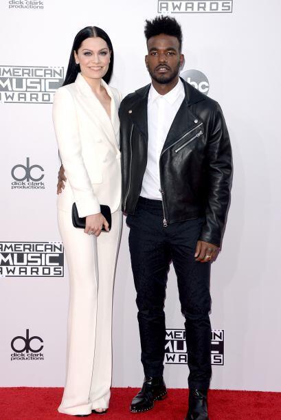 Los cantantes Jessie J. y Luke James llegaron como fichitas de dominó. ¡...
