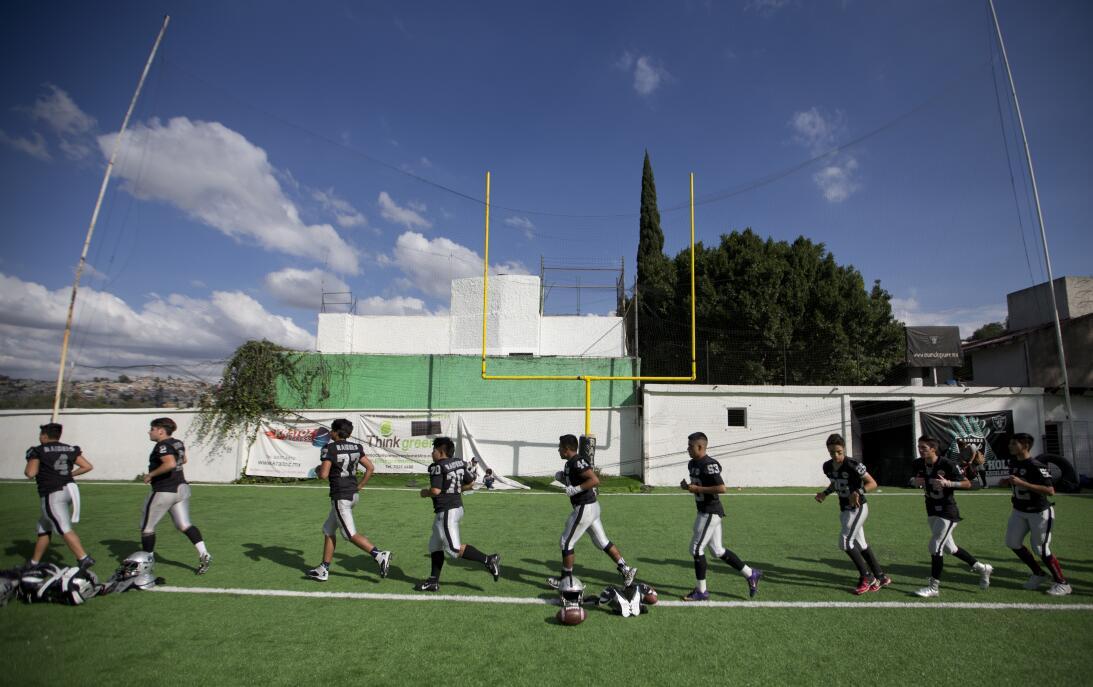 La NFL en México: diversión para fanáticos y para leyendas AP_1632061385...