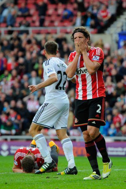 En esta acción vemos como Billy Jones del Sunderland casi estalla en lla...