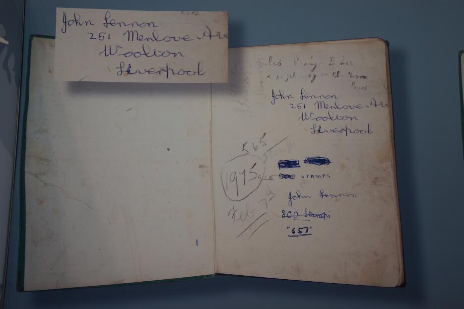 Libro  de colección de estampillas de John Lennon.