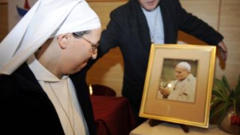 La monja Marie Simon Pierre mira un retrato de Juan Pablo II.