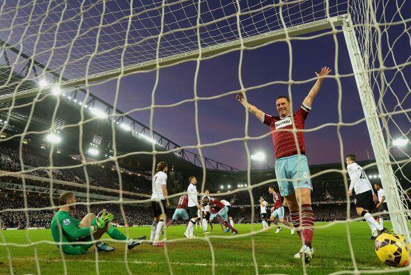 Londres, Inglaterra - 08 de febrero: Kevin Nolan del West Ham celebra de...