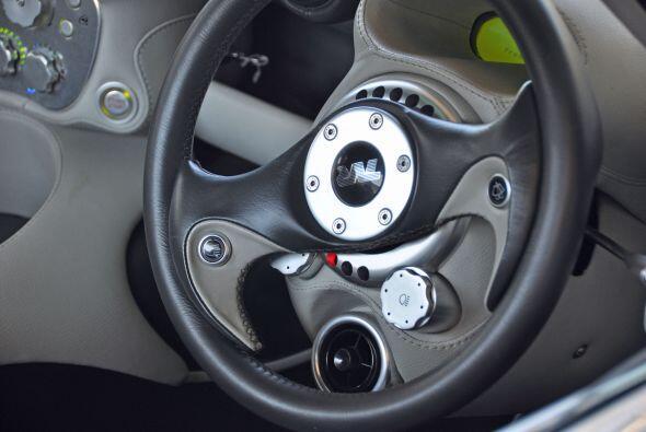 La forma del volante y otros controles del interior le dan un toque futu...