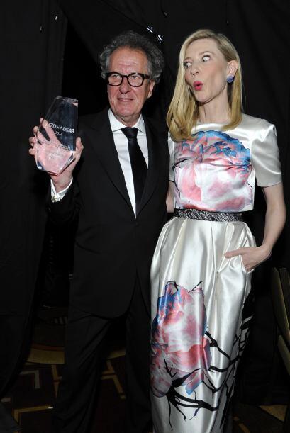 Cate Blanchett está MUY sorprendida de posar con Geoffrey Rush. Mira aqu...