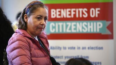 El gobierno de Trump está más cerca de castigar a inmigrantes legales que piden ayuda pública