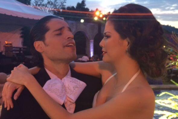 Los novios Luis Carlos y Ana Patricia de camino a la fiesta después de h...