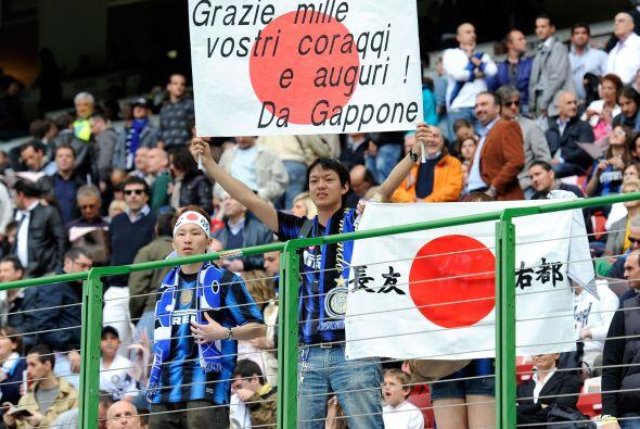 Los hinchas del Inter mostraron banderas de apoyo al pueblo japonés.