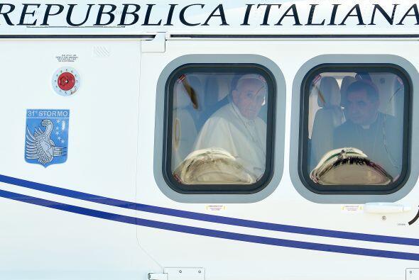 También le acompañan el Maestro de Ceremonias Pontificias, Guido Marini;...