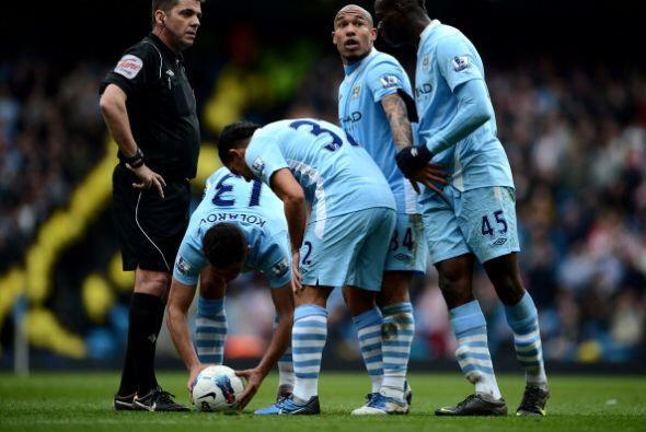 Balotelli se acercó y quiso patearlo.