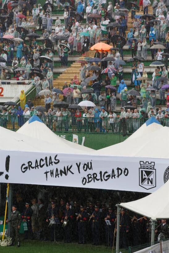 Sentido homenaje a víctimas del Chapecoense en velorio colectivo en Bras...