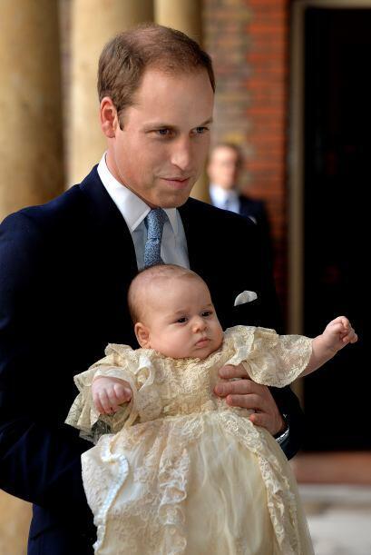 Con su orgulloso padre, William. Mira aquí los videos más...