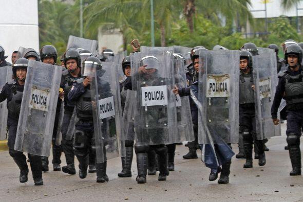 Policías federales respondía con piedras ante las agresiones.