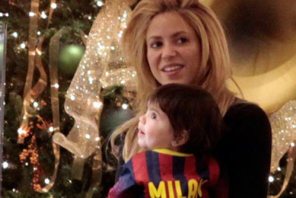 Shakira y su bebé de compras navideñas. Mira aquí los videos más chismosos.