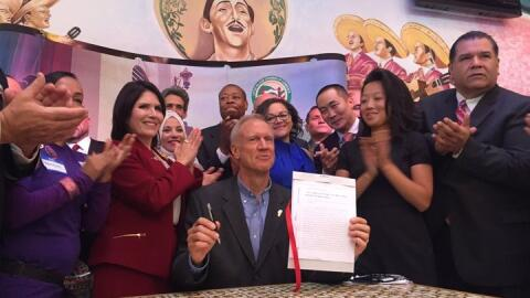 Bruce Rauner firma Ley confianza en Illinois
