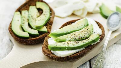 Para el desayuno: aguacate con queso y pan