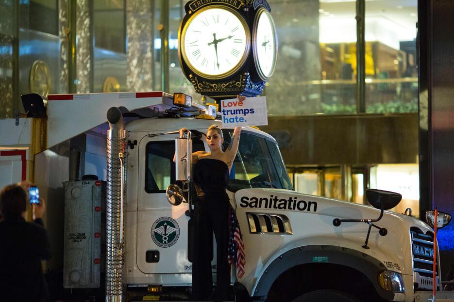 Poco antes de las 2:30 de la madrugada del miércoles, Lady Gaga protestó...