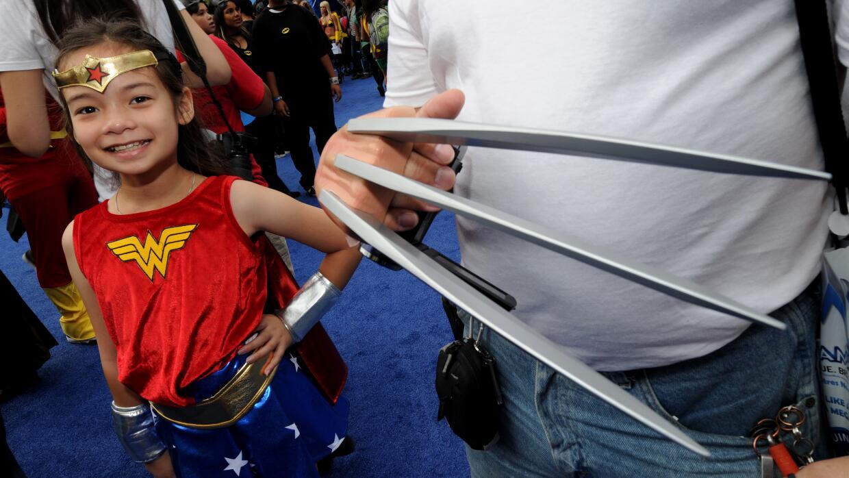 Una pequeña fanática, en Los Ángeles, disfrazada de Mujer Maravilla.