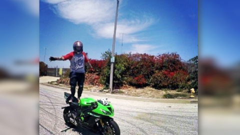 Leslie Elliot, alias 'Ruthless Hatter', a bordo de su motocicleta.