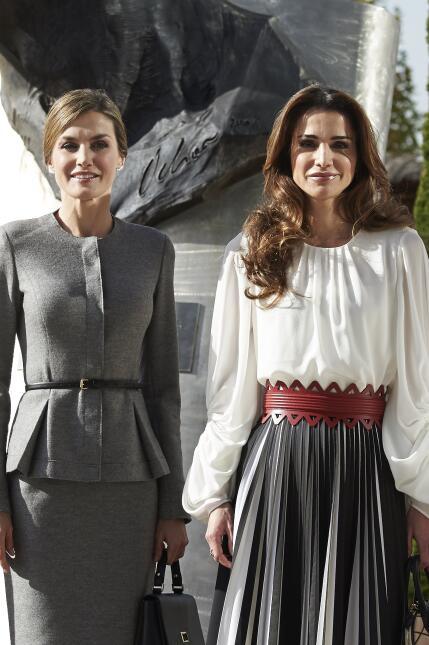 Las reinas lucieron impecables durante una visita a un centro en Madrid.