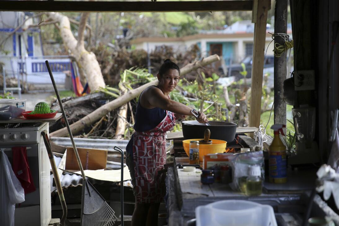Margarita Burgos posa para un retrato mientras cocina afuera sobre un fu...