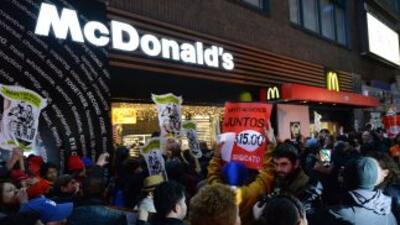 Empleados de restaurantes de comida rápida exigen un aumento en sus sala...