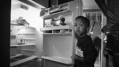 El niño de la nevera vacía y otras imágenes que exhiben el hambre en EEUU