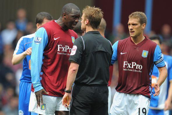 Emile Heskey, jugador del Aston Villa, se enfrentó al árbitro y...creo q...