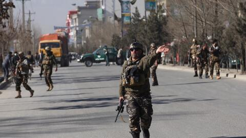 Personal de seguridad llega a la zona del oeste de Kabul, la capital de...