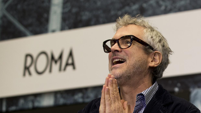 El director mexicano Alfonso Cuarón hace un gesto de agradecimiento a lo...