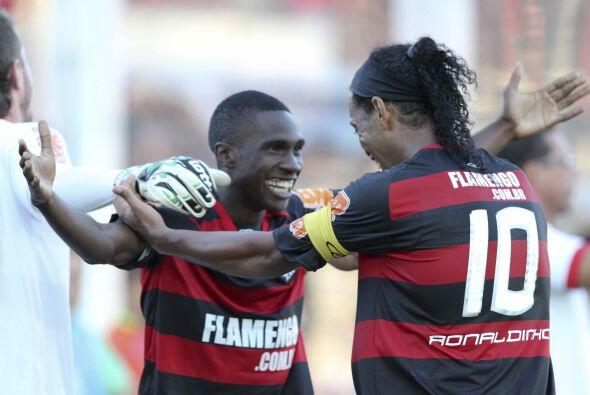 Ronaldinho festeja junto a Negueba uno de los tres goles del ´Fla´ que c...