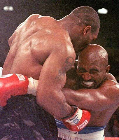 Pelear con los dientesLa segunda pelea entre Mike Tyson y Evander Holyfi...