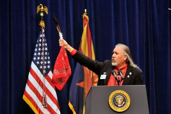 El doctor Carlos González, un indígena americano y profesor en la Univer...