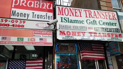 En las fachadas de los comercios de inmigrantes musulmanes en Coney Isla...