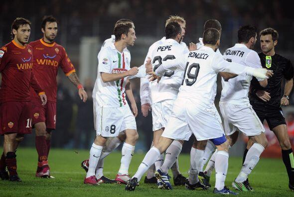Luego de un tiro libre de Totti, la pelota pegó en la mano de un jugador...