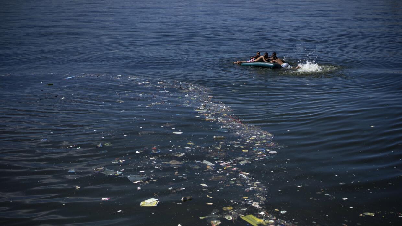 Aguas contaminadas de la Bahía de Guanabara