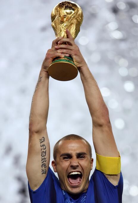 Fabio Cannavaro (Italia) - fue el capitán del equipo italiano en el títu...