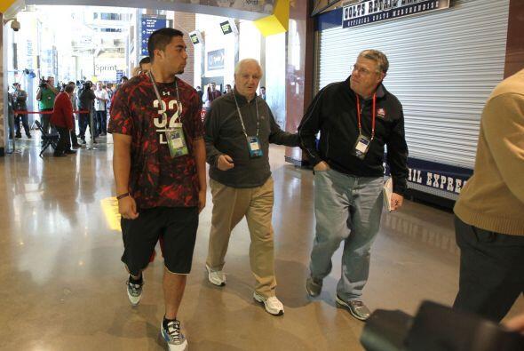"""2013 """" El apoyador de loa Universidad de Notre Dame Manti Te'o, con Gil..."""