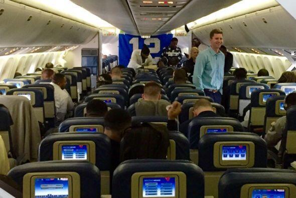 Dentro del avión los jugadores vivieron un ambiente de motivación total...