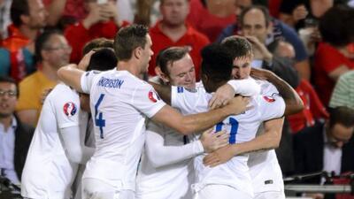 Con doblete de Danny Welbeck los ingleses doblegaron a los suizos.
