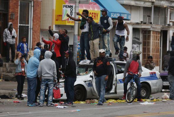 Un grupo de manifestantes gritaban consignas mientras permanecían en el...